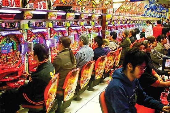 Hãng sản xuất máy game thùng Konami giới thiệu những chiếc máy Pachinko tại một cuộc triển lãm.