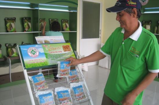 Khách hàng đang tham quan một gian hàng kinh doanh gạo sạch của Công ty cổ phần Bảo vệ thực vật An Giang. Ảnh: Trung Chánh