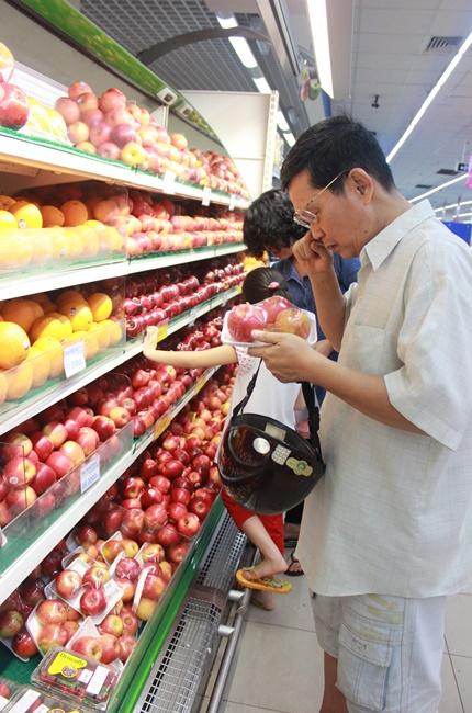 Người tiêu dùng chọn mua trái cây tươi tại siêu thị. Ảnh: Thành Hoa
